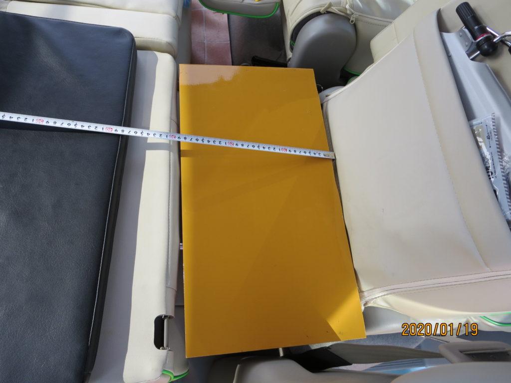 運転席のシートを一番前までスライドさせた状態 隙間をコンパネで埋めた