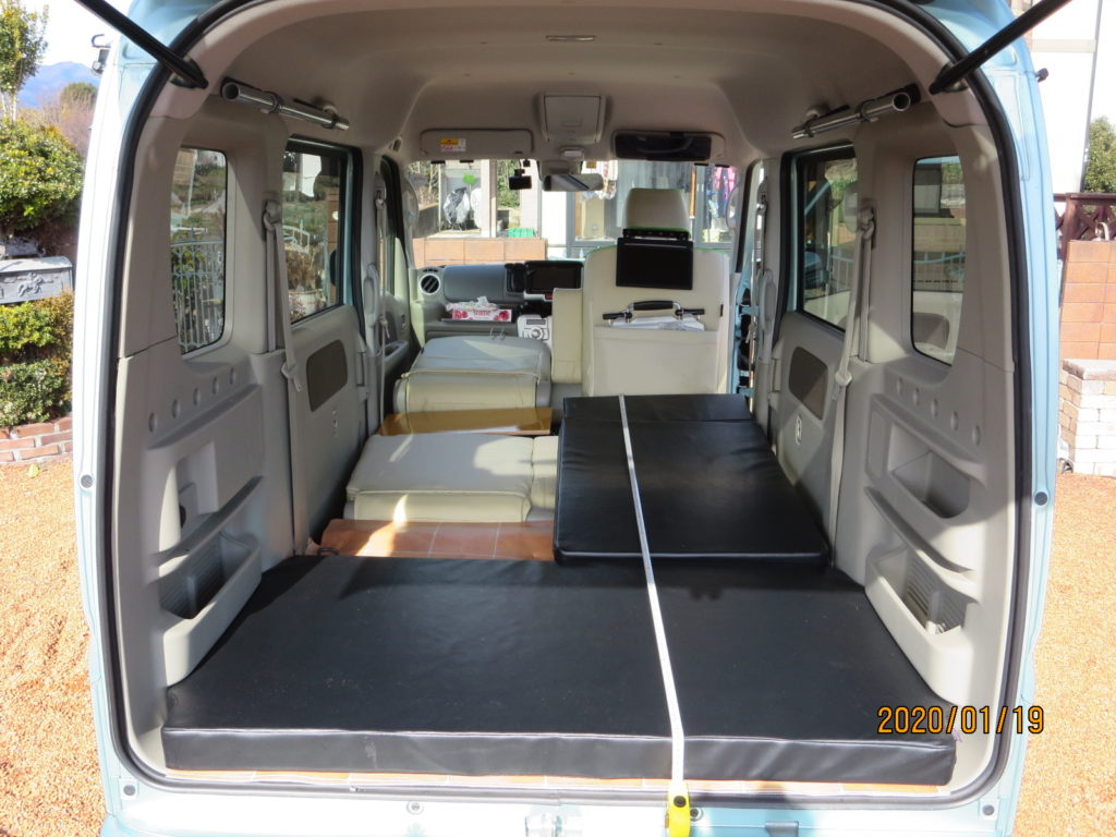 運転席のシートは一番前までスライドさせた状態 +自作マットレス敷設