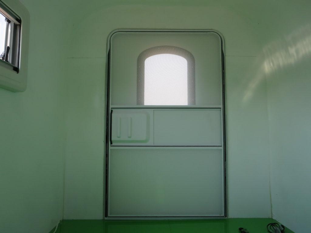 幌馬車くんの内部からみた扉