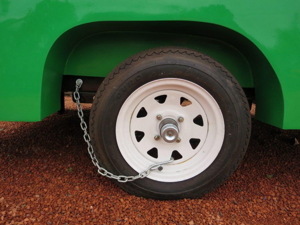 キャンピングトレーラーの幌馬車くんの車輪止めの設置(ホイールにフックを引っ掛ける)