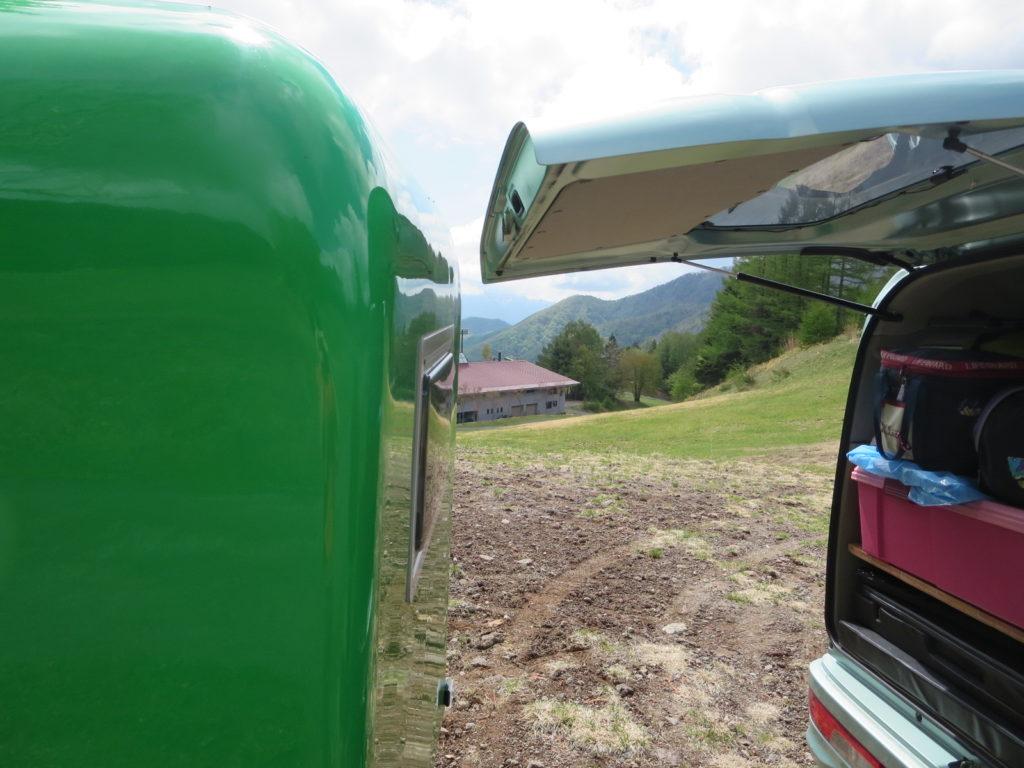 エブリィワゴンのハッチバックを開けるとギリギリで開けられる写真その2