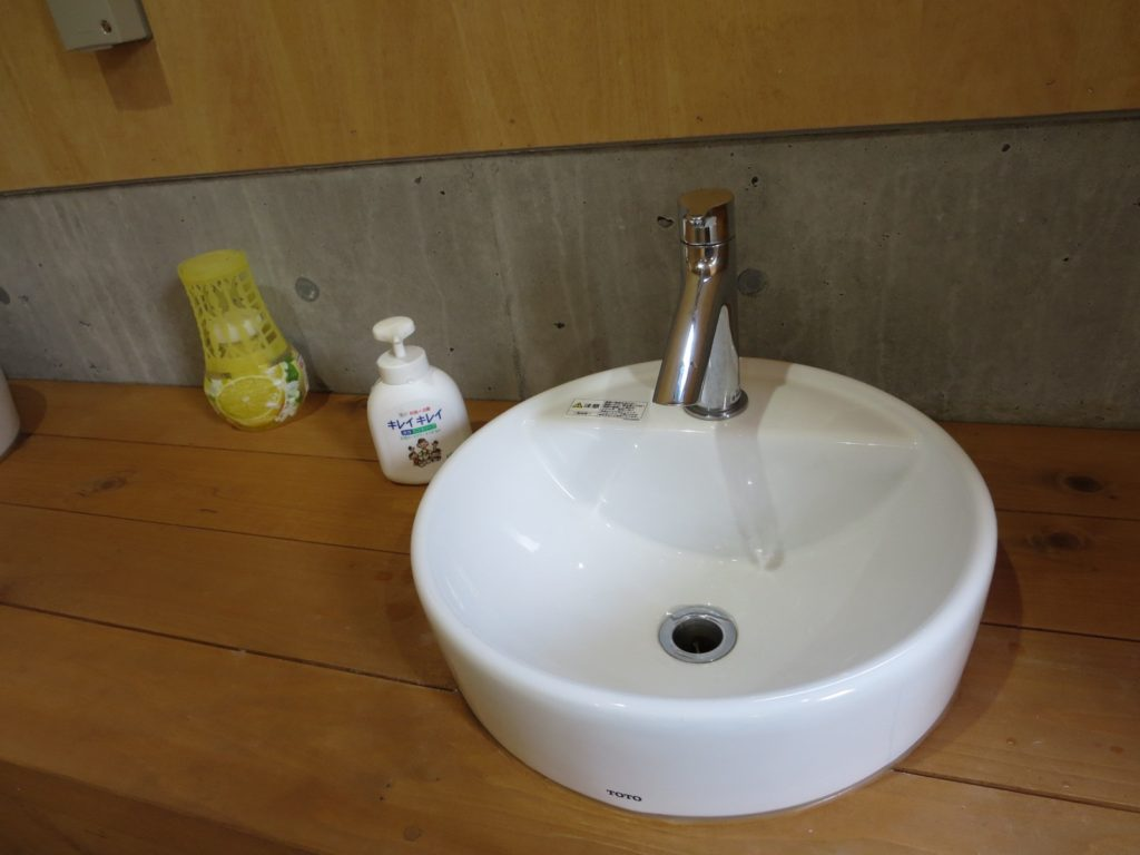 丸沼高原オートキャンプ場のトイレ棟の洗面台