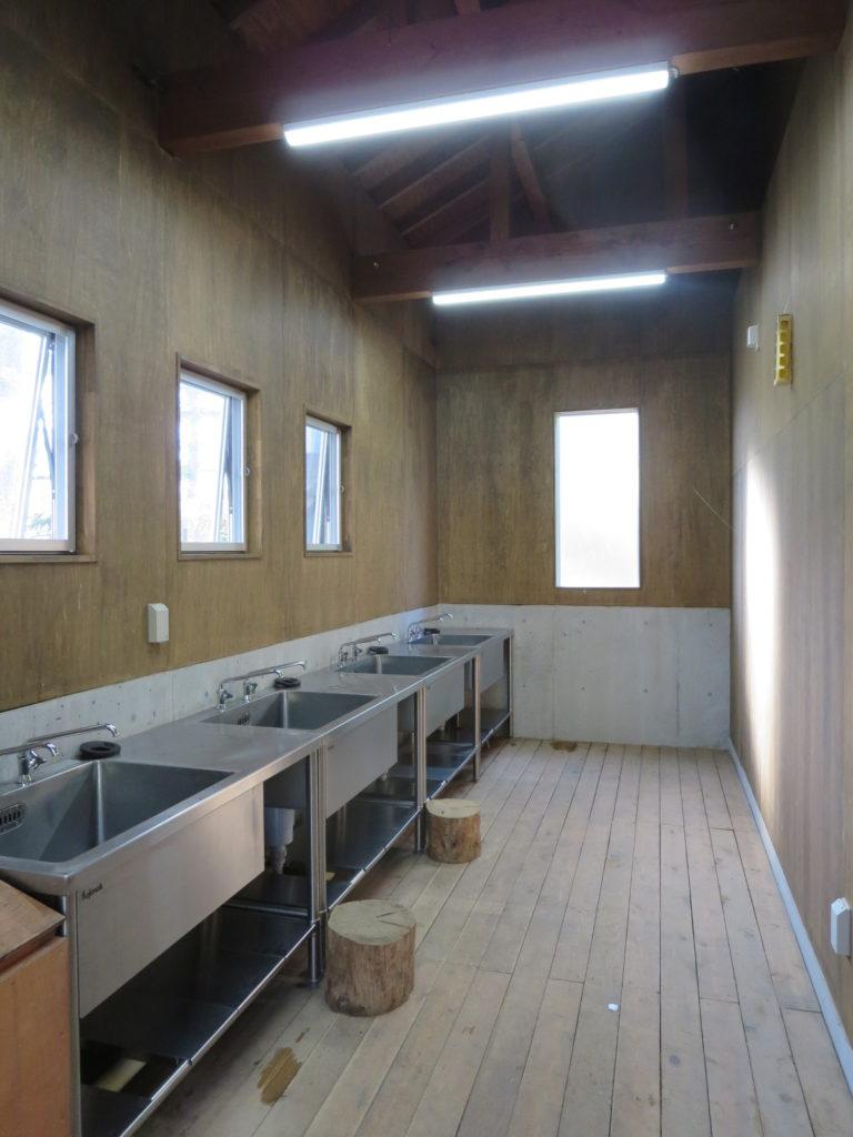 丸沼高原オートキャンプ場の水場の室内