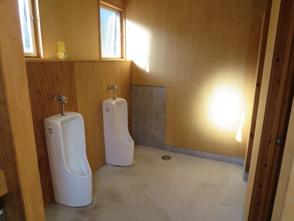 丸沼高原オートキャンプ場のトイレ棟の男性トイレ便座
