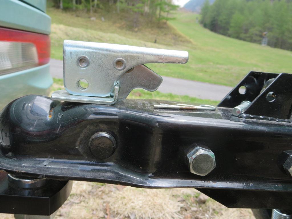 トレーラーのヒッチポールとヒッチカプラーの連結