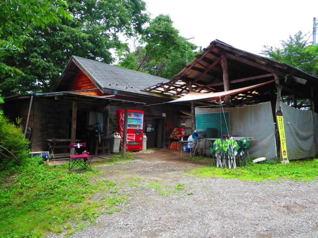上毛高原キャンプグランドの軽キャンプの管理棟