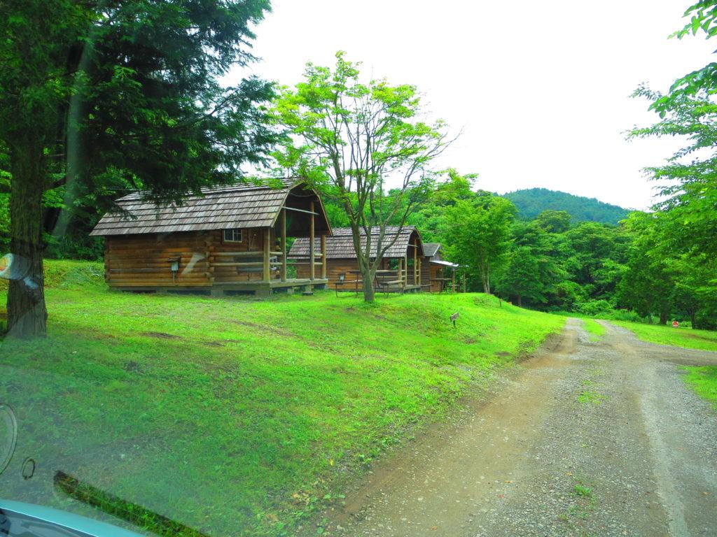 上毛高原キャンプグランドの軽キャンプのキャビン付近