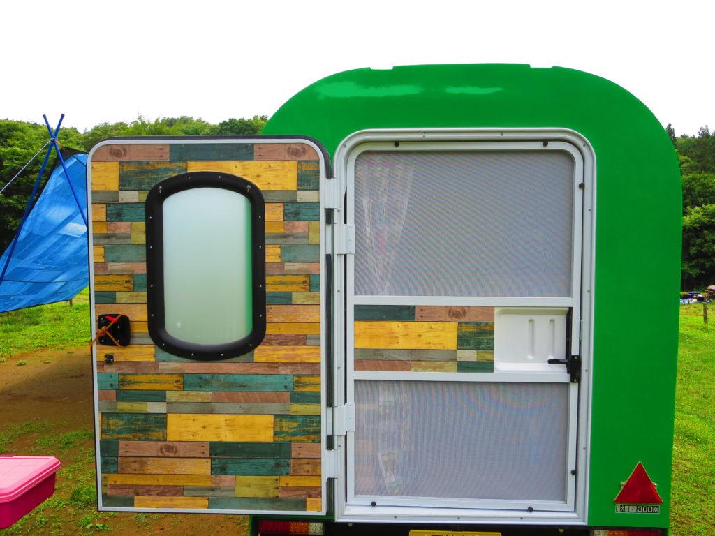 軽キャンピングトレーラーの幌馬車くんの内装とドア
