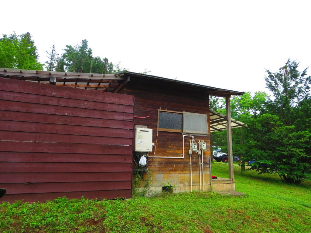 上毛高原キャンプグランドの軽キャンプ露天風呂の建物