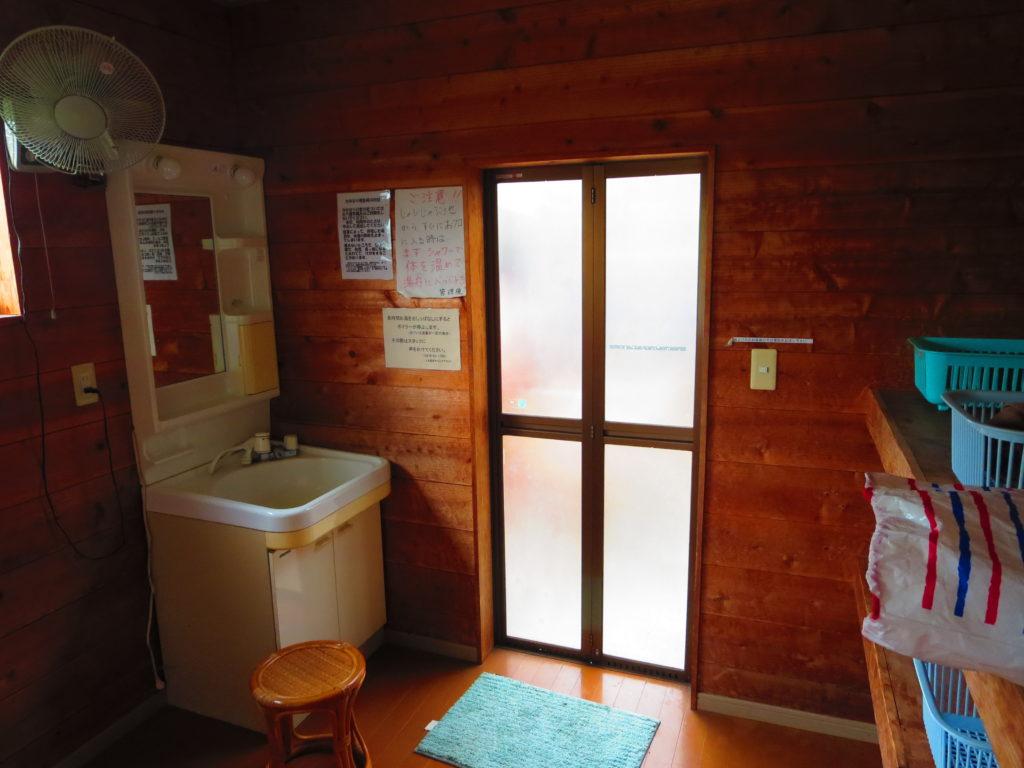 上毛高原キャンプグランドの軽キャンプの風呂の更衣室
