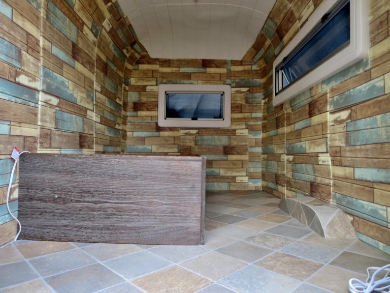 幌馬車くんの内装制作の床と壁紙、天井
