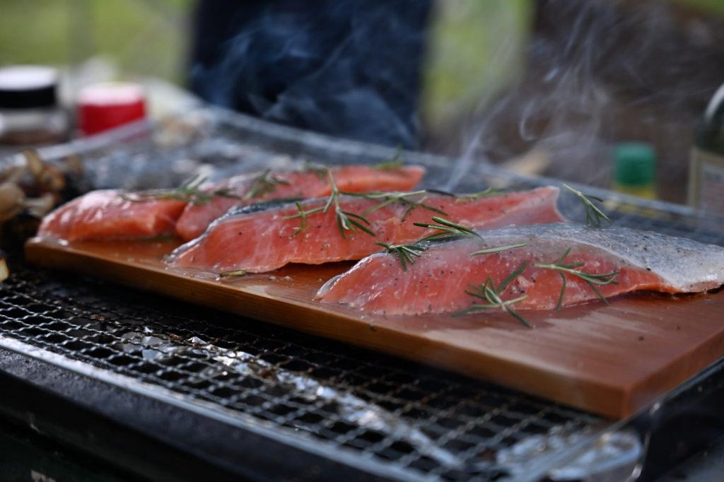 幌馬車くんと蓼の花オートキャンプ場 シャケの香草焼き、スモーク板