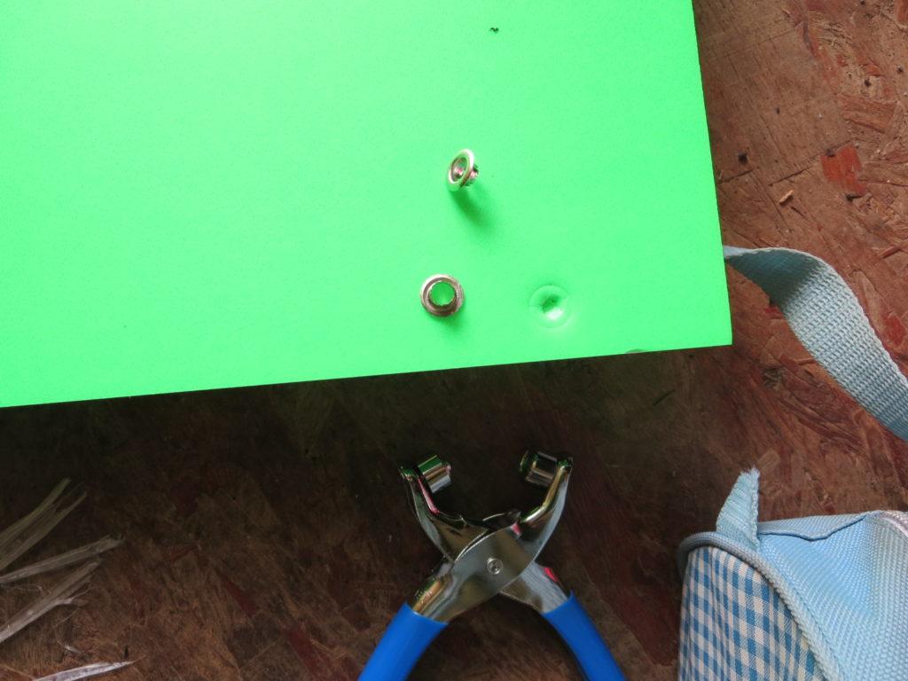 幌馬車くんのひさし自作 カラー発泡にハトメで穴を開ける
