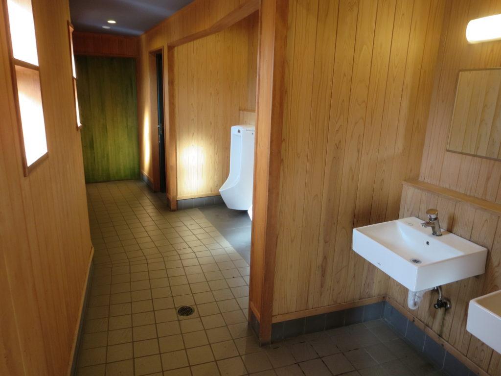 草津温泉、天狗第一駐車場の車中泊のトイレ棟