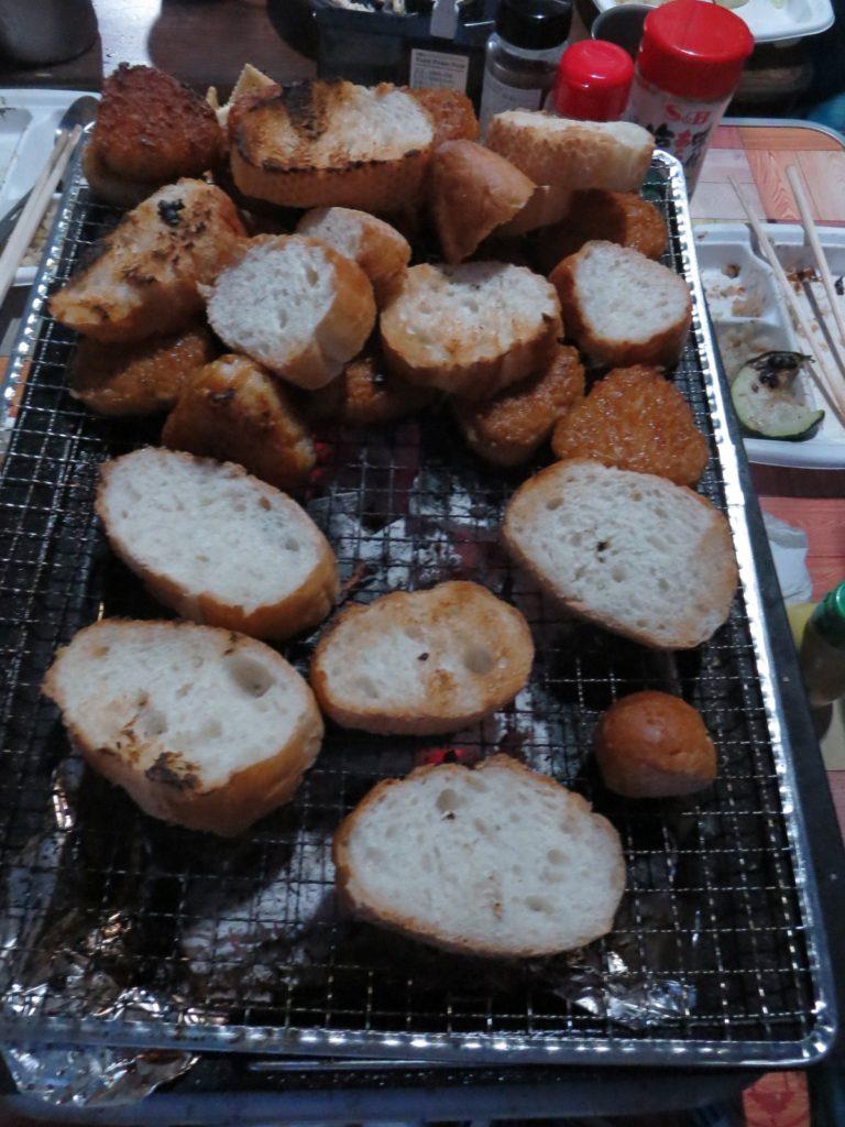 幌馬車くんと蓼の花オートキャンプ場 焼きおにぎりとパン