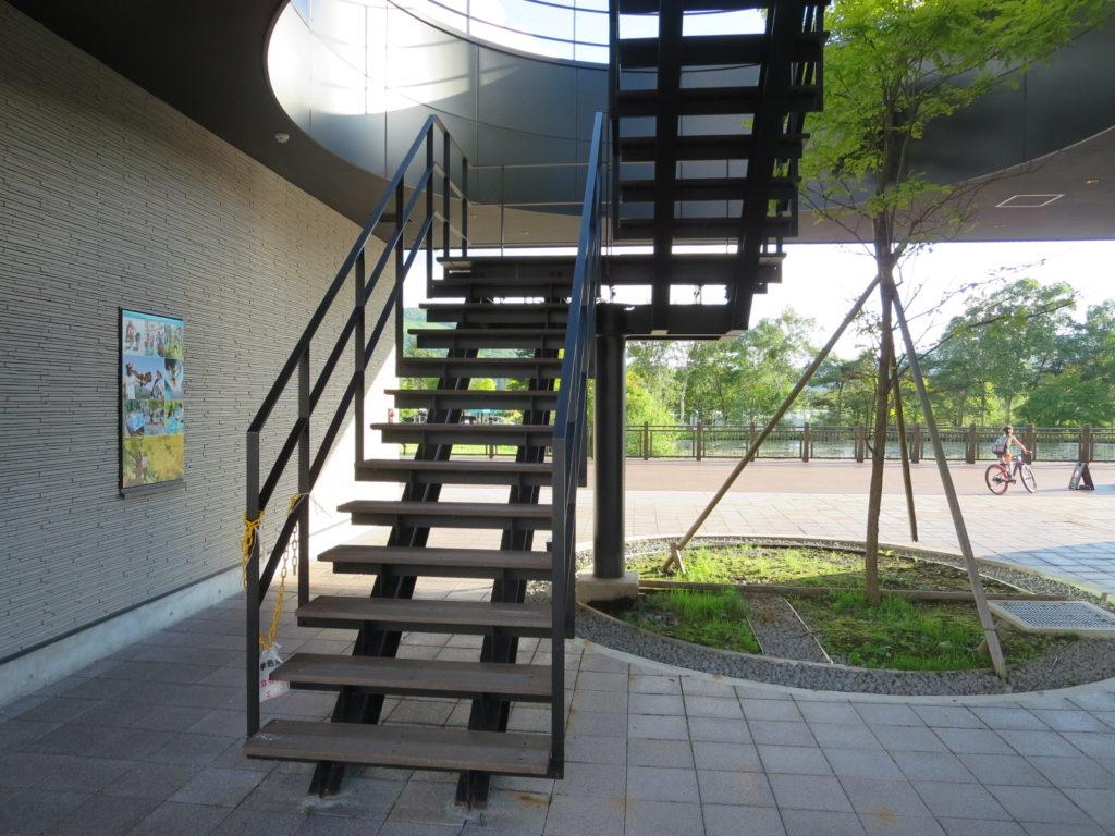 白樺湖のコンビニローソンの展望台階段