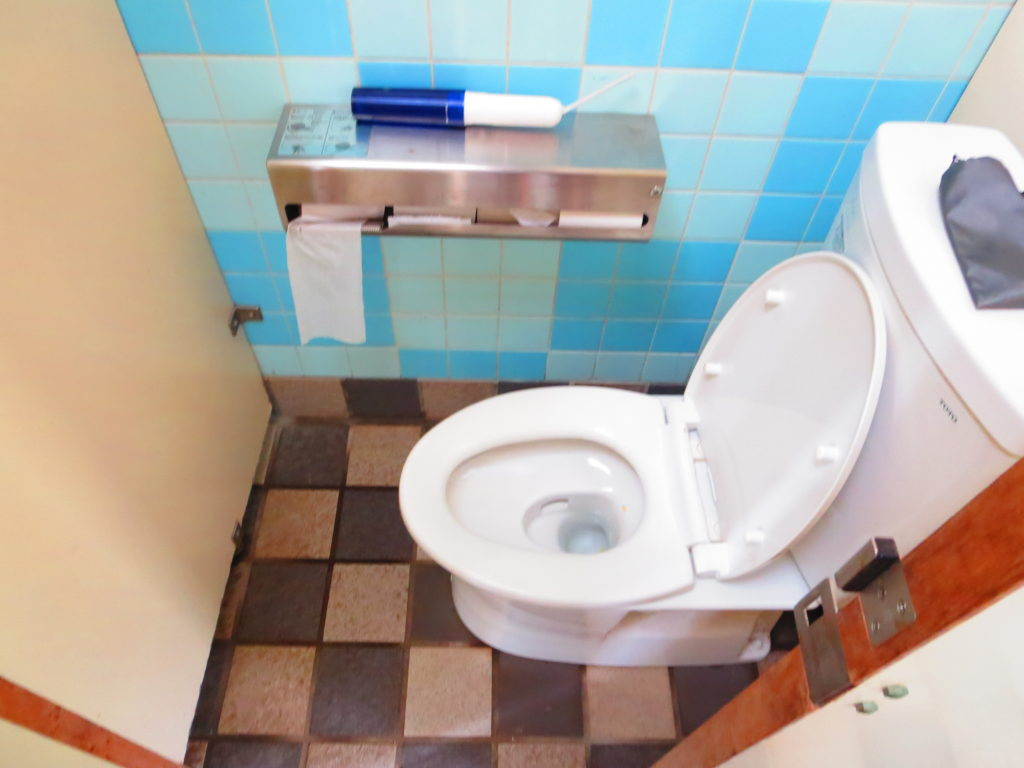 すずらんの湯の幌馬車くん車中泊 外の講習トイレ 便座