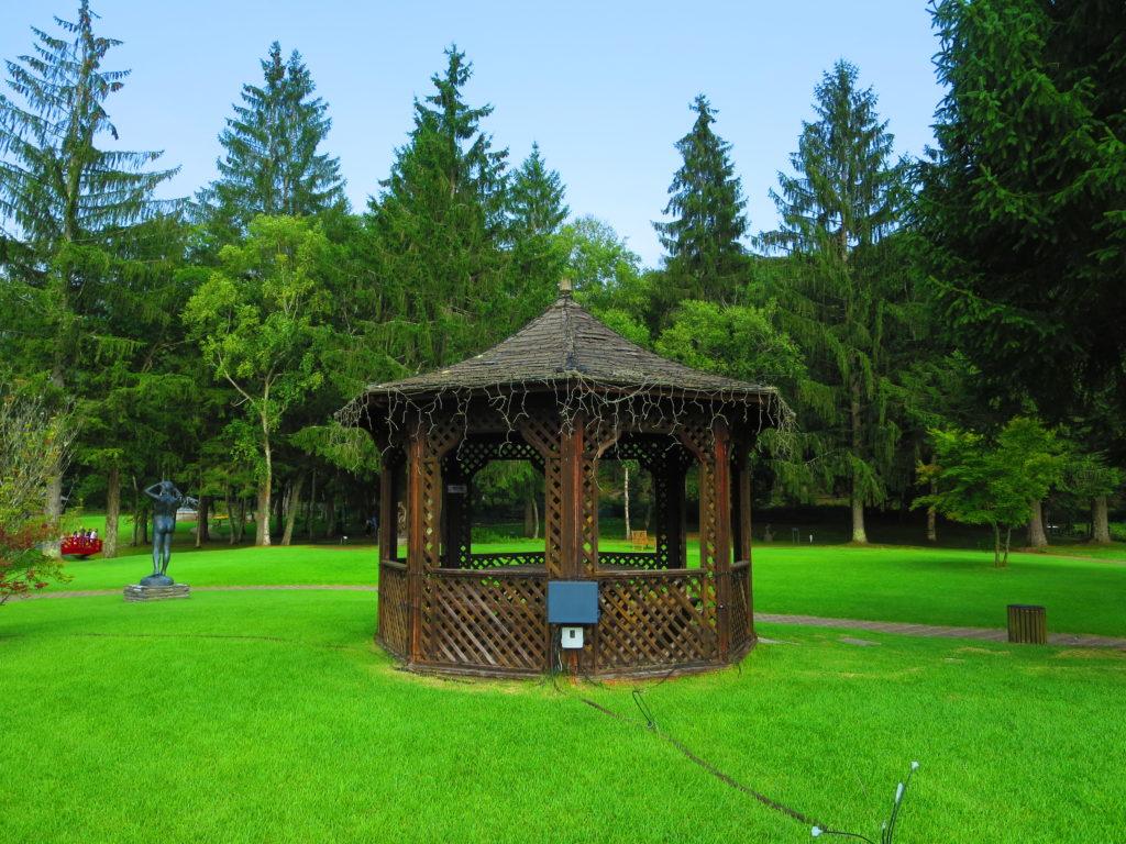道の駅ビーナスライン蓼科湖の蓼科高原芸術の森彫刻公園東屋