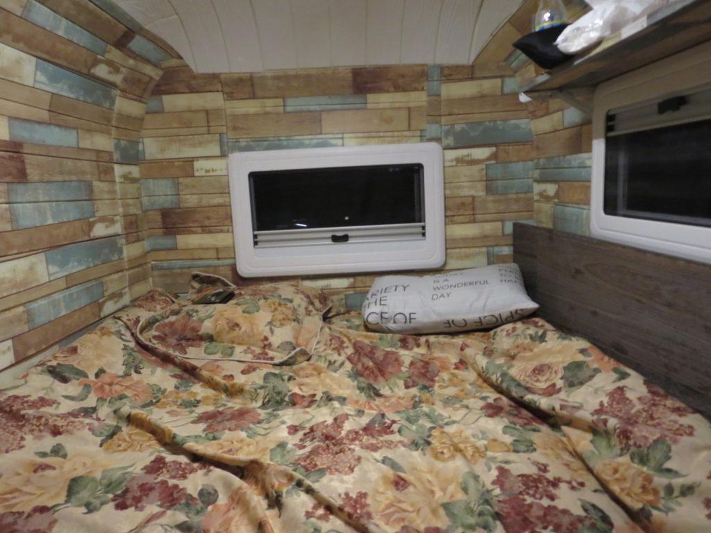 道の駅ビーナスライン蓼科湖のキャンピングトレーラーの幌馬車くん車中泊ベッド