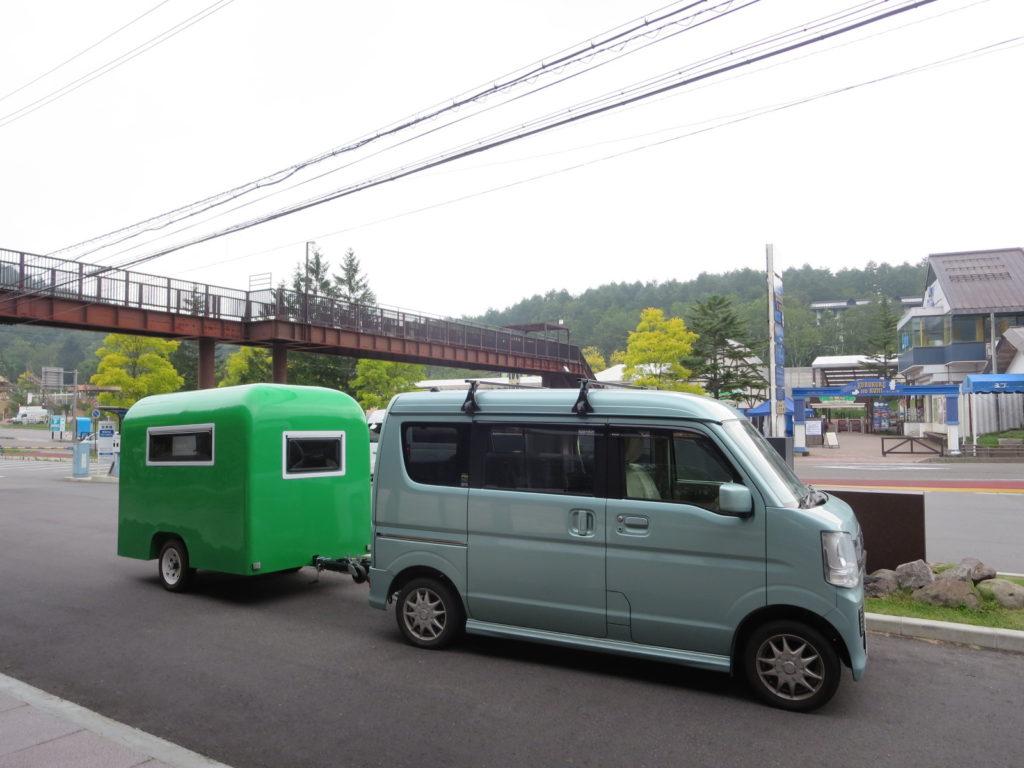 白樺湖のローソンとキャンピングトレーラーの幌馬車くん 駐車場