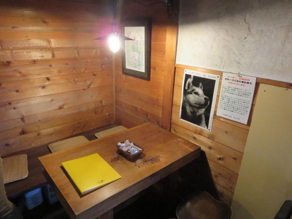 ころぼっくるひゅってとキャンピングトレーラーの幌馬車くん 室内テーブル