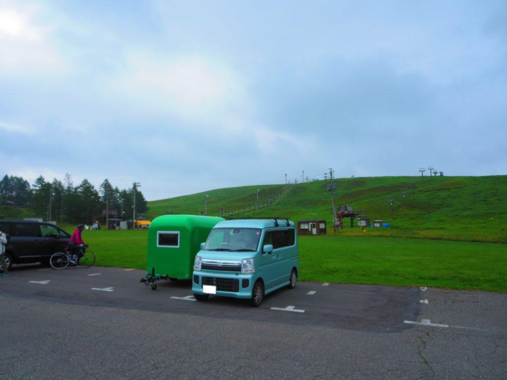霧の駅スキー場で車中泊とキャンピングトレーラーの幌馬車くん ゲレンデ側