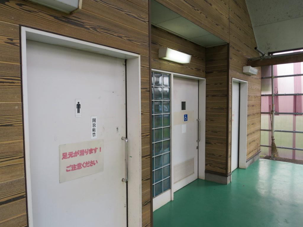 霧ヶ峰スキー場の駐車場車中泊 外のトイレ