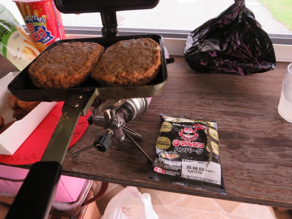 霧ヶ峰スキー場の駐車場車中泊 ホットサンドメーカーを使ったツマミ料理 バウルー イシイのハンバーグ