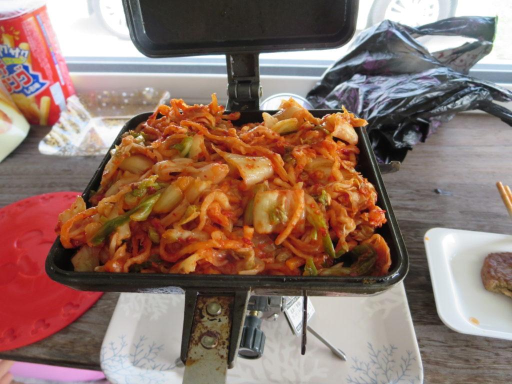 霧ヶ峰スキー場の駐車場車中泊 ホットサンドメーカーを使ったツマミ料理 バウルー キムチとチーズ