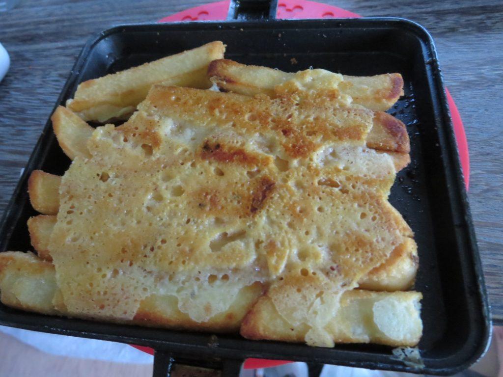 霧ヶ峰スキー場の駐車場車中泊 ホットサンドメーカーを使ったツマミ料理 バウルー フライドポテトとチーズ