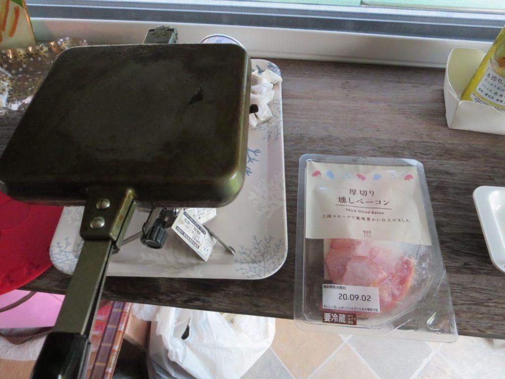 霧ヶ峰スキー場の駐車場車中泊 ホットサンドメーカーを使ったツマミ料理 バウルー ベーコン