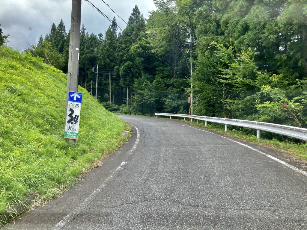 わらび平森林公園キャンプ場を軽キャンピングトレーラーの幌馬車くんでキャンプの入口道路