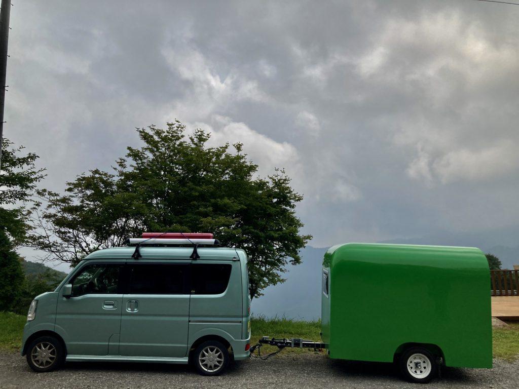 わらび平森林公園キャンプ場を軽キャンピングトレーラーの幌馬車くんでキャンプ管理棟前で写真