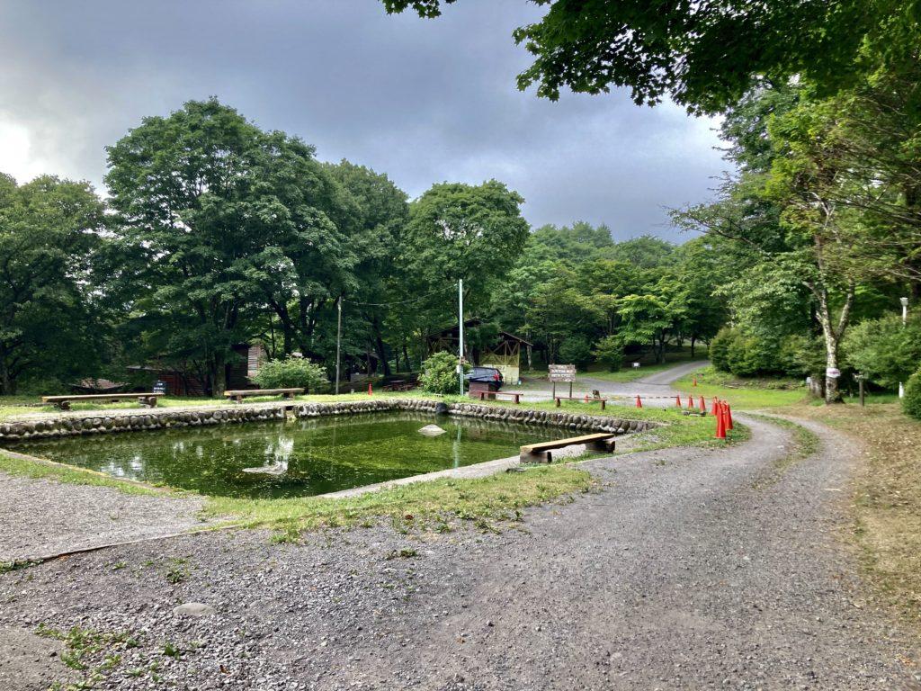 わらび平森林公園キャンプ場を軽キャンピングトレーラーの幌馬車くんでキャンプの釣り堀