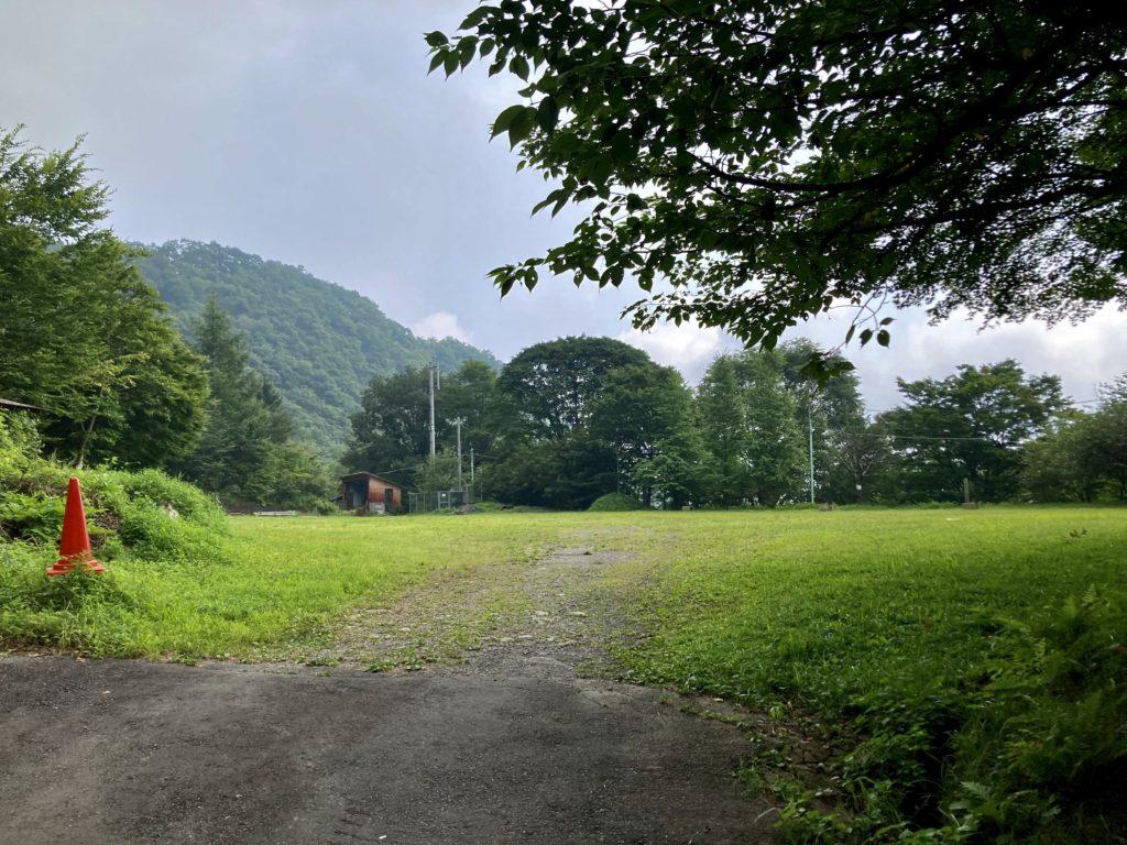 わらび平森林公園キャンプ場を軽キャンピングトレーラーの幌馬車くんでキャンプの運動広場