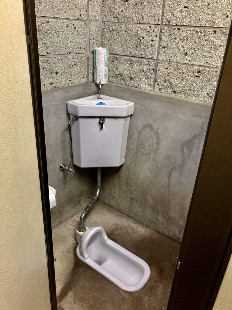 わらび平森林公園キャンプ場を軽キャンピングトレーラーの幌馬車くんでキャンプのトイレ便器