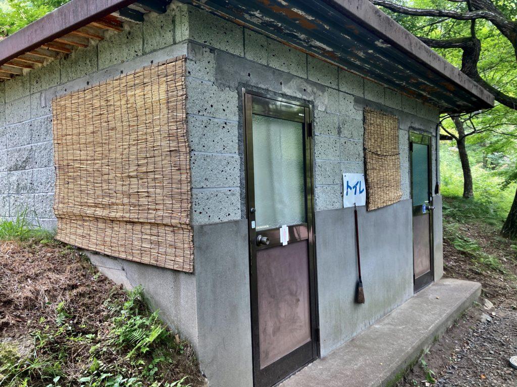 わらび平森林公園キャンプ場を軽キャンピングトレーラーの幌馬車くんでキャンプのトイレ