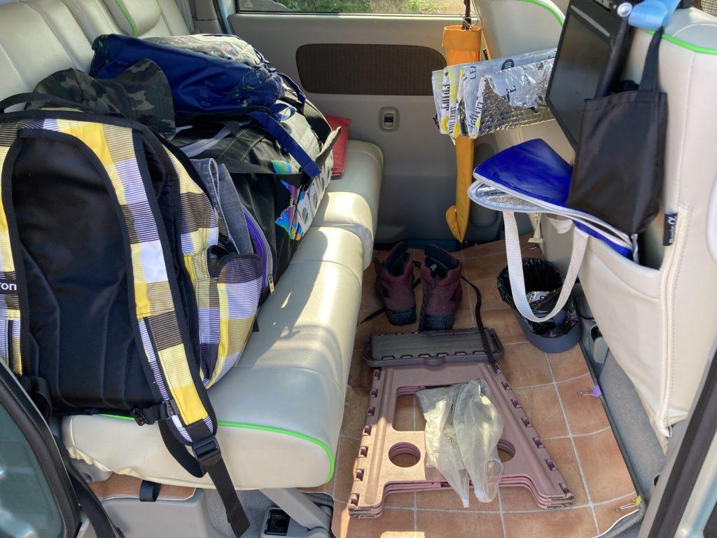 武尊牧場キャンプ場に幌馬車くんの軽キャンピングトレーラーで行く車中泊のキャンプ 二列目の荷物
