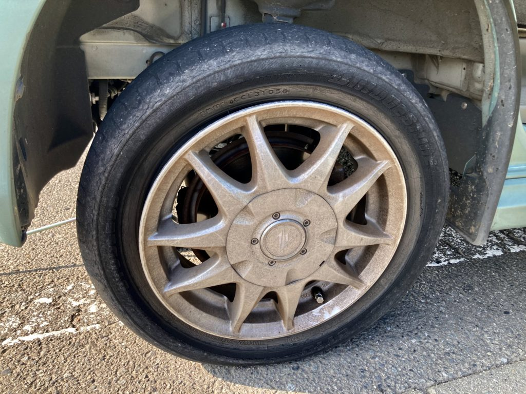 エブリイワゴンのパンクでタイヤ交換 パンク修理材抽入