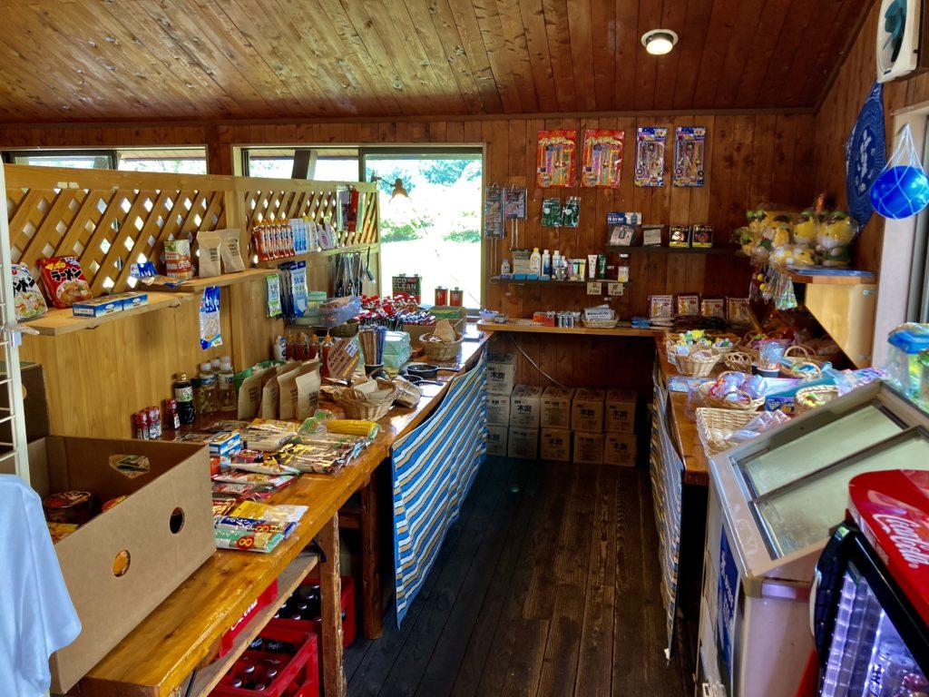 武尊牧場キャンプ場に幌馬車くんの軽キャンピングトレーラーで行く車中泊のキャンプ 管理棟の売店