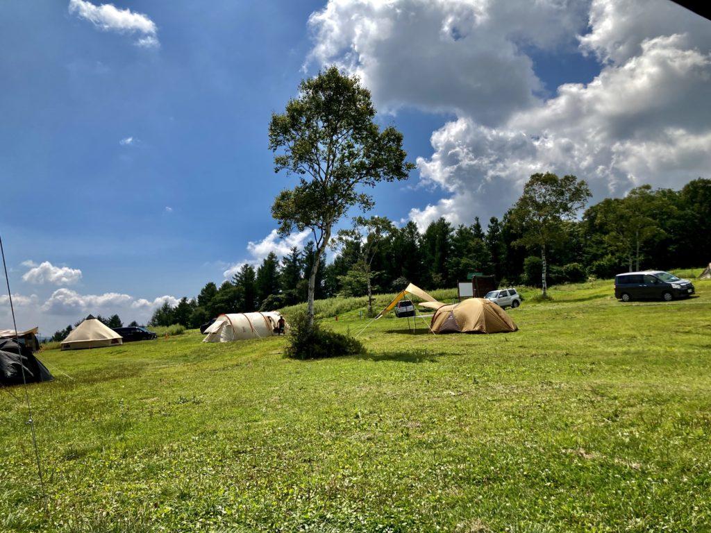 武尊牧場キャンプ場に幌馬車くんの軽キャンピングトレーラーで行く車中泊のキャンプ フリーテントサイトの風景