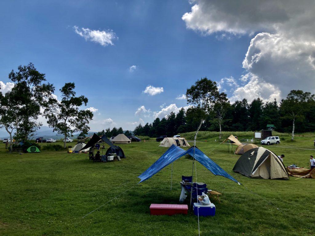 武尊牧場キャンプ場に幌馬車くんの軽キャンピングトレーラーで行く車中泊のキャンプ タープ