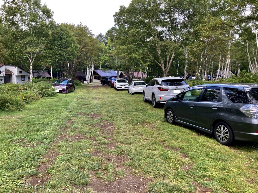 武尊牧場キャンプ場に幌馬車くんの軽キャンピングトレーラーで行く車中泊のキャンプ 駐車場風景