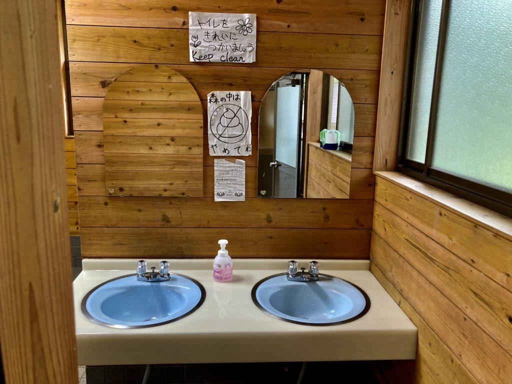 武尊牧場キャンプ場に幌馬車くんの軽キャンピングトレーラーで行く車中泊のキャンプ トイレの洗面
