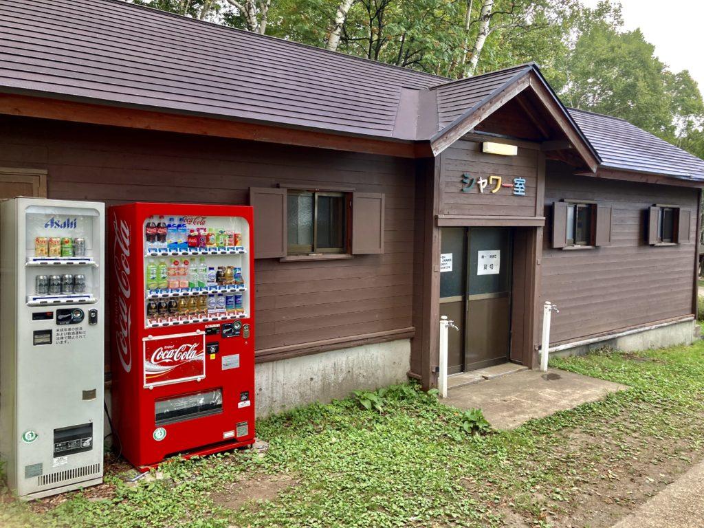 武尊牧場キャンプ場に幌馬車くんの軽キャンピングトレーラーで行く車中泊のキャンプ シャワー室外観
