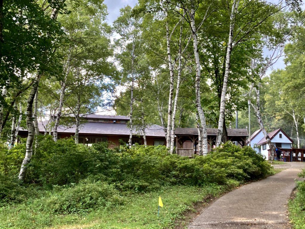 武尊牧場キャンプ場に幌馬車くんの軽キャンピングトレーラーで行く車中泊のキャンプ しらかばハウス