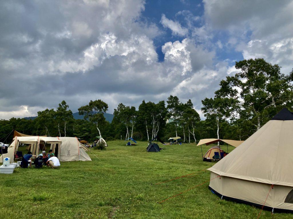 武尊牧場キャンプ場に幌馬車くんの軽キャンピングトレーラーで行く車中泊のキャンプ フリーテントサイト風景