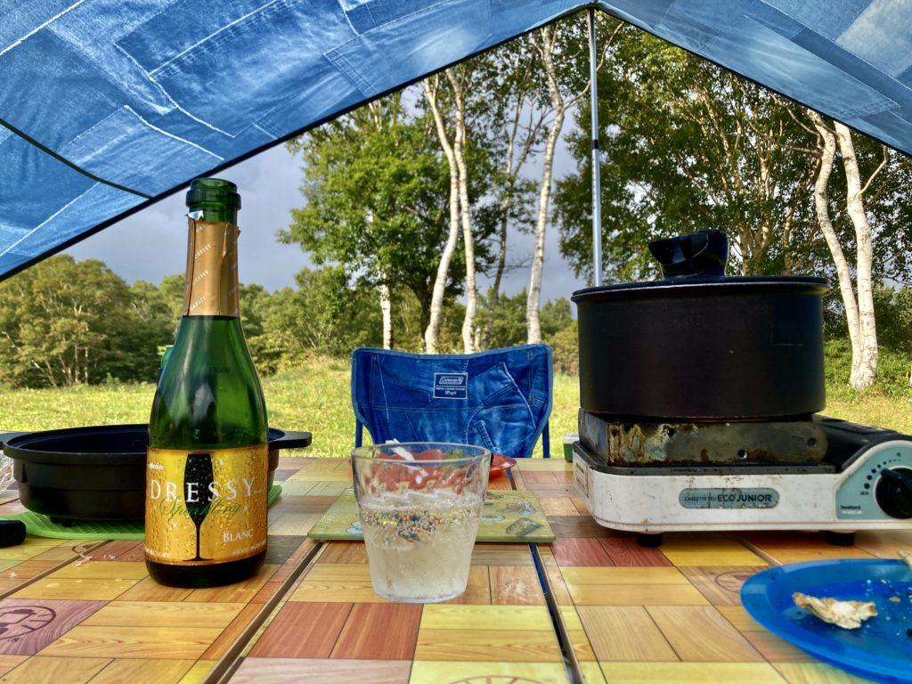 武尊牧場キャンプ場に幌馬車くんの軽キャンピングトレーラーで行く車中泊のキャンプ スパークリングワインで乾杯