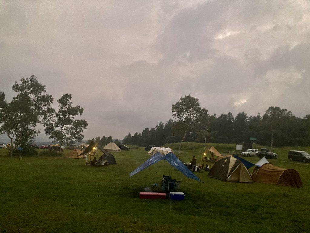 武尊牧場キャンプ場に幌馬車くんの軽キャンピングトレーラーで行く車中泊のキャンプ 夕暮れ