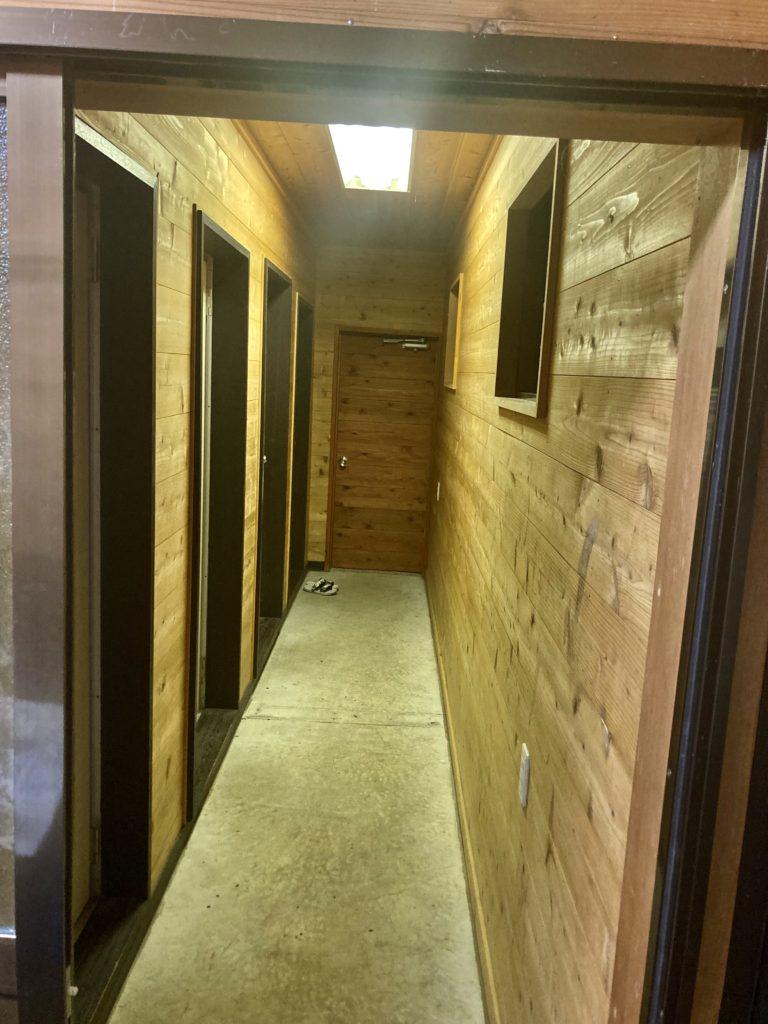 武尊牧場キャンプ場に幌馬車くんの軽キャンピングトレーラーで行く車中泊のキャンプ シャワー室